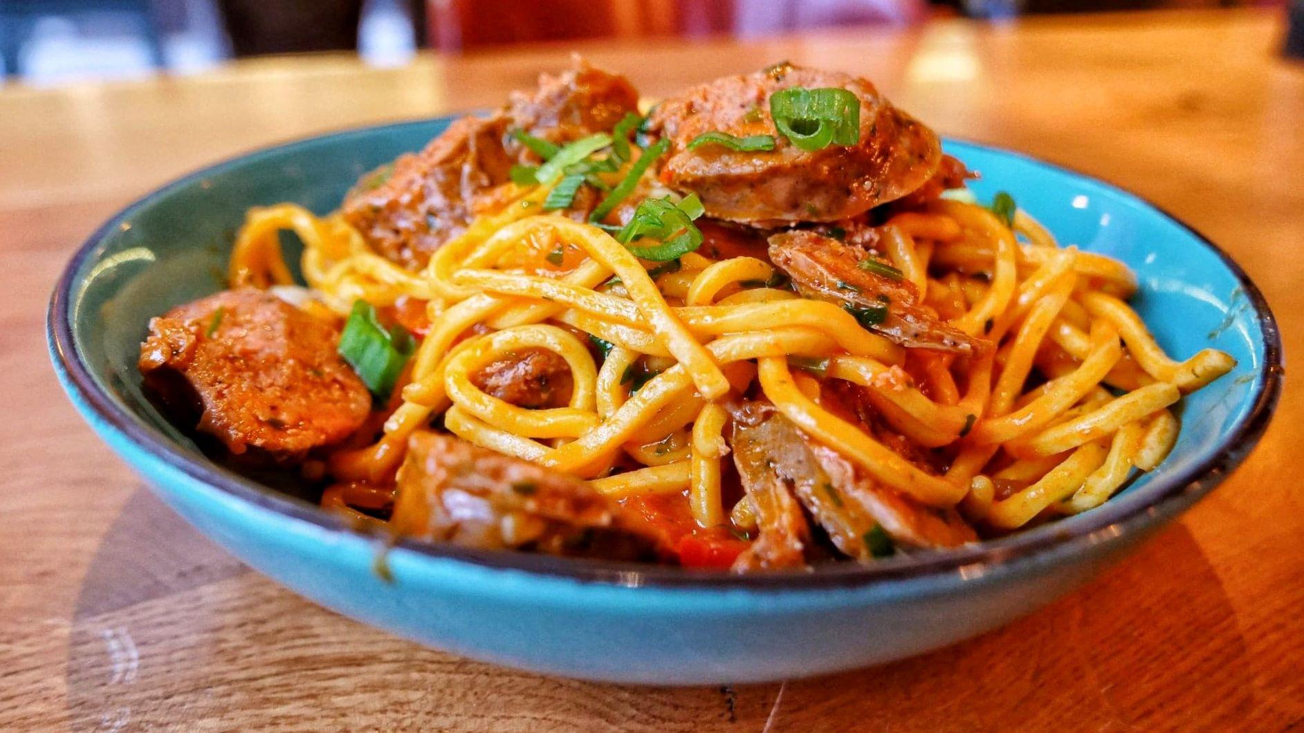 Spaghete cu carnati de casa